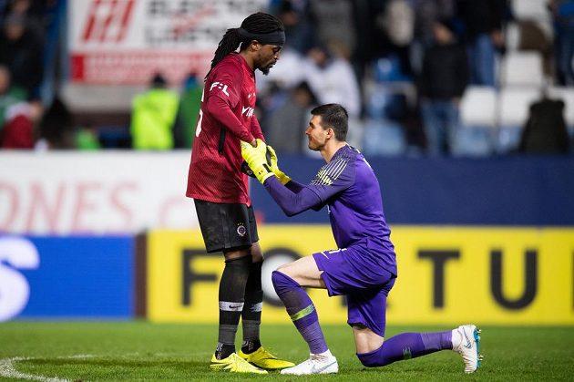 Hrdinové Sparty v utkání s Libercem. Autor vítězného gólu Costa zvedá brankáře Florina Nitu, který v závěru chytil penaltu Liboru Kozákovi.