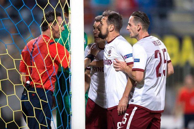 Fotbalisté Sparty Praha (zleva) David Lafata, Marek Matějovský, Mario Holek diskutují v závěru utkání s rozhodčím Marijem Strahonjou.