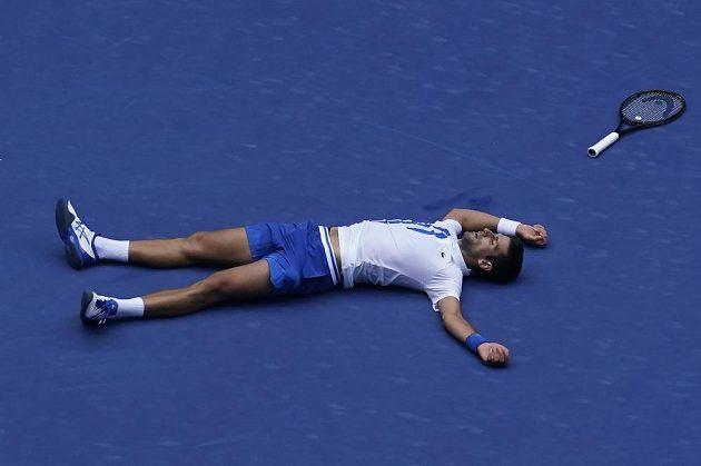 Srbský tenista Novak Djokovič v hodně netradiční pozici.