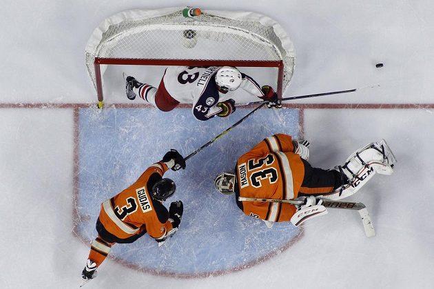 Bek Radko Gudas (3) z Philadelphie při obranné činnosti ve spolupráci s brankářem Stevem Masonem (35) v zápase NHL proti Columbusu.