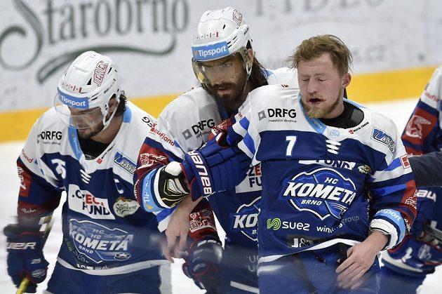 Zraněný Tomáš Bartejs z Brna. Zleva jsou jeho spoluhráči Martin Zaťovič a Peter Mueller.