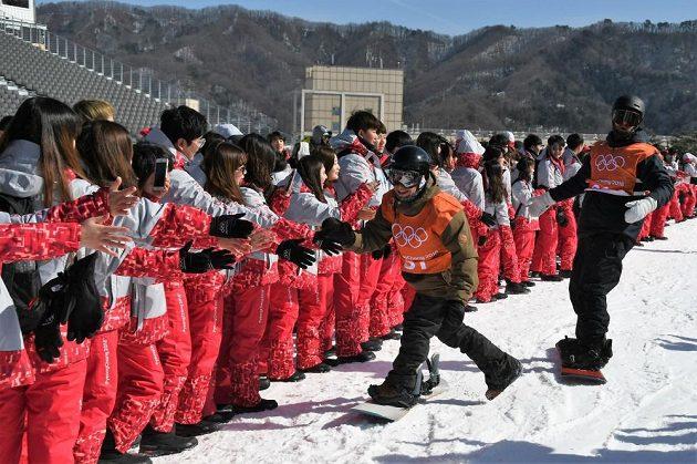 Korejští dobrovolníci vítali v cíli každého snowboardistu. Takto přivítali Petra Horáka (vpředu).