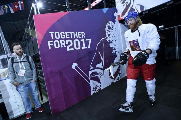 Jakub Voráček přichází na trénink české hokejové reprezentace v Paříži.