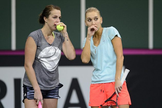Zleva Anastasia Pavljučenkovová a Jelena Vesninová během úterního tréninku ruského týmu před finále Fed Cupu.