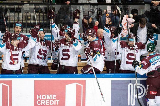 Euforie sparťanských hokejistů po gólu proti Liberci ve finálovém duelu v O2 areně.