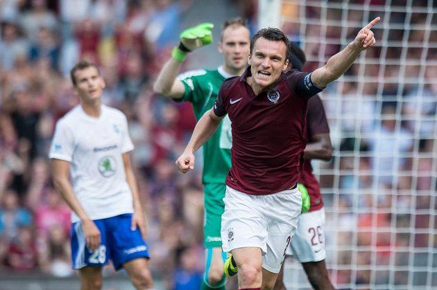 David Lafata slaví svůj vstřelený gól v duelu s Boleslaví.
