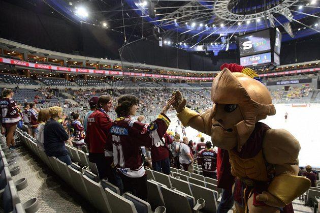 Sparťanští fanoušci a jejich maskot v hledišti O2 areny během útkání Ligy mistrů se Storhamarem.