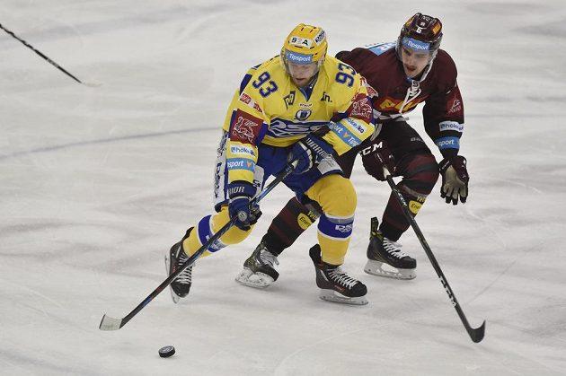 Jan Maruna ze Zlína (vlevo) a sparťanský útočník Lukáš Cingel v zápase 21. kola hokejové Tipsport extraligy.