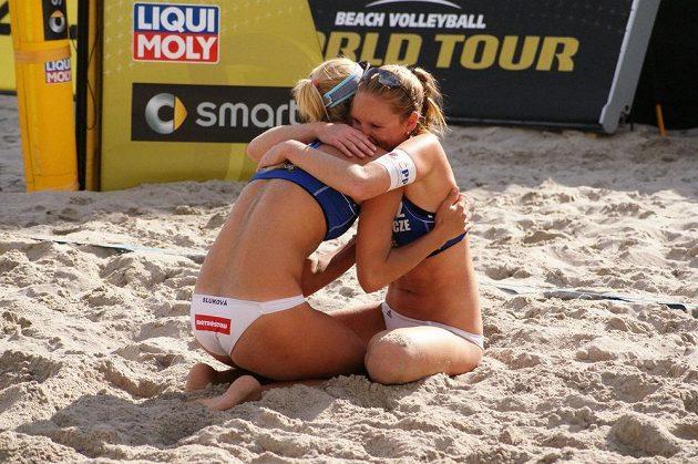 Plážové volejbalistky Kristýna Kolocová a Markéta Sluková bezprostředně po vyhraném finále na grandslamovém turnaji Světového okruhu v Berlíně.