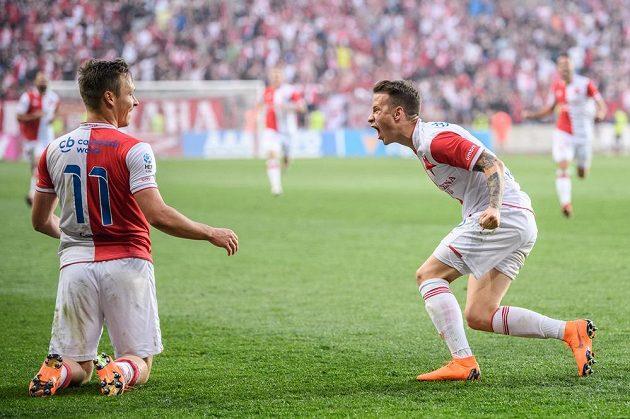 Stanislav Tecl (vlevo) a Jan Sýkora ze Slavie oslavují gól na 2:0 proti Plzni.