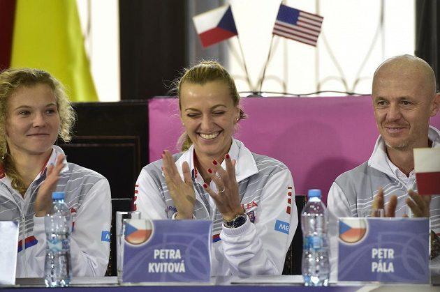 Tenistky Petra Kvitová (uprostřed) a Kateřina Siniaková, vpravo kapitán českého týmu Petr Pála během losování finále Fed Cupu.