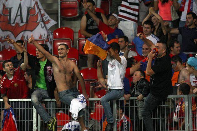 Fanoušci Arménie slaví vítězství nad Českem.
