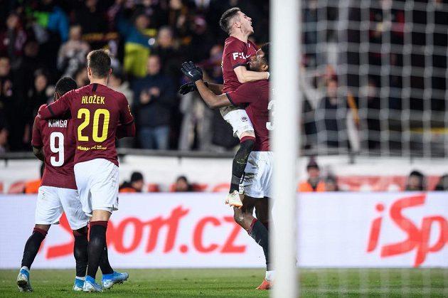 Fotbalisté Sparty Praha Srdjan Plavšič a Benjamin Tetteh oslavují gól na 4:2 proti Mladé Boleslavi.