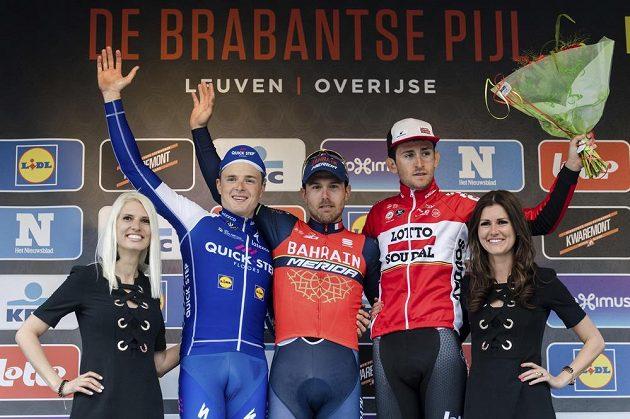 Italský vítěz závodu Brabantský šíp Sonny Colbrelli (uprostřed), vlevo Petr Vakoč, vpravo Belgičan Tiesj Benoot.