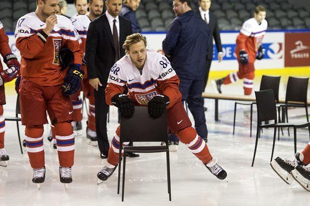 David Pastrňák odváží židli po oficiálním fotografování.