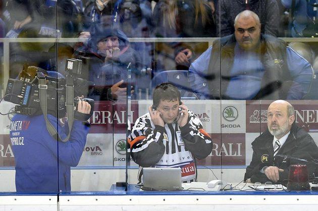 Hlavní rozhodčí Miroslav Petružálek telefonuje s videorozhodčím, vyrovnávací gól královéhradeckého Radka Smoleňáka byl nakonec uznán.