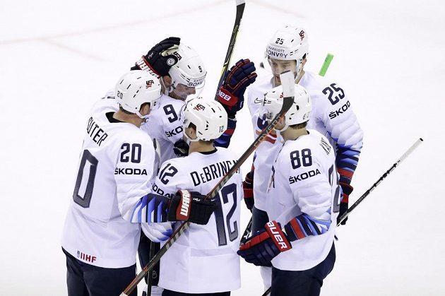 Americký hokejový reprezentant Alex DeBrincat slaví se spoluhráči gól, který vstřelil na mistrovství světa do sítě Slovenska.