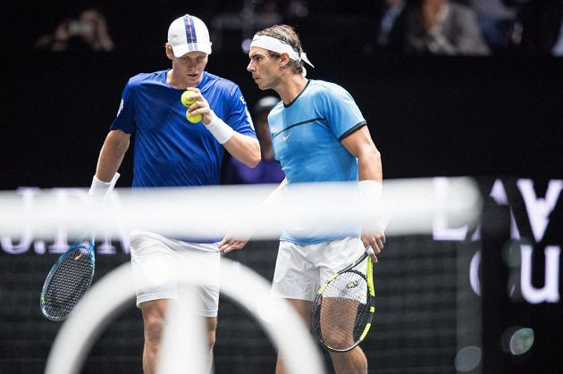 Rafael Nadal (vpravo) a Tomáš Berdych během čtyřhry s Jackem Sockem a Nickem Kyrgiosem v rámci Laver Cupu.