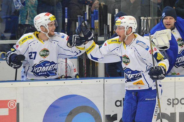 Martin Dočekal z Brna se raduje z gólu proti Litvínovu, vlevo je jeho spoluhráč Antonín Honejsek.