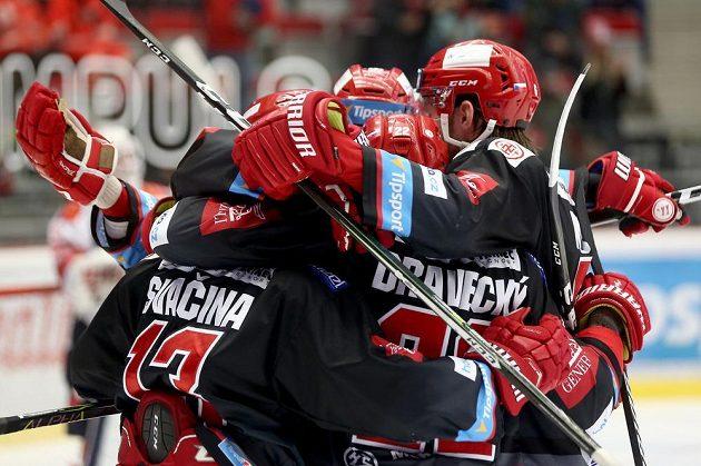 Hokejisté Třince se radují z druhé branky ve čtvrtfinále play off hokejové extraligy s Pardubicemi.