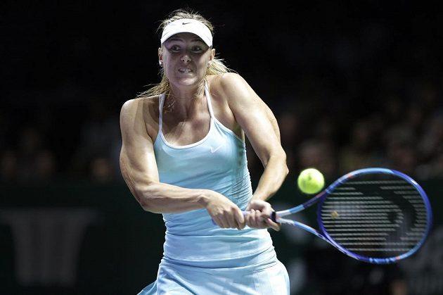 Ruská tenistka Maria Šarapovová v zápase s Rumunkou Simonou Halepovou na Turnaji mistryň.