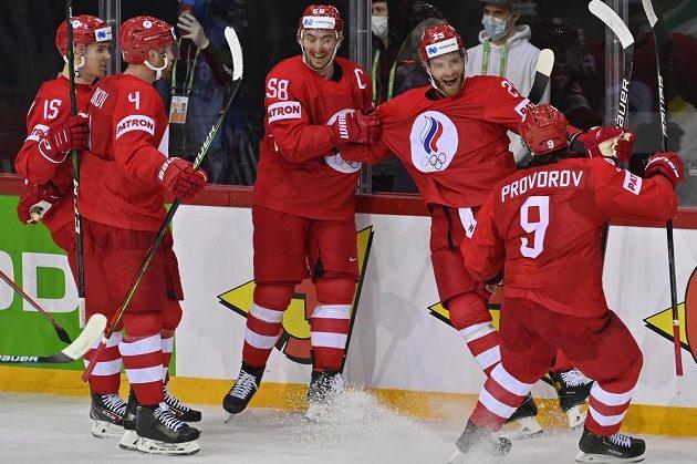 Hokejisté Ruska se radují z vítězství nad českou reprezentací na úvod MS v Rize.