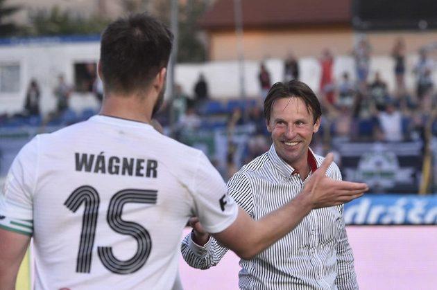 Trenér Karviné František Straka a útočník Tomáš Wágner se radují po remíze v Jihlavě, díky které se tým udržel v lize.