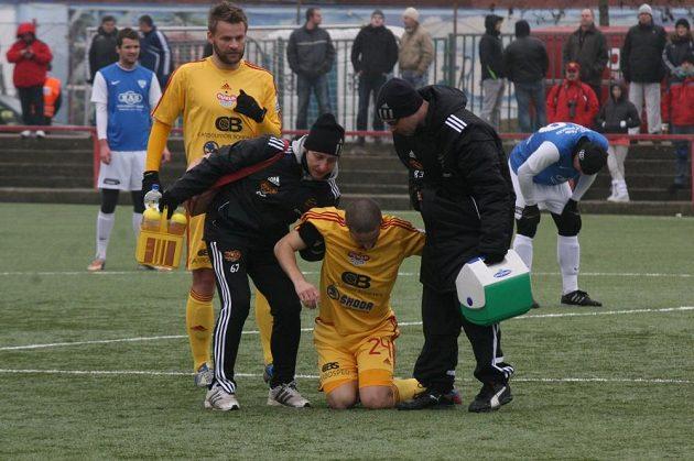 ...najednou však Petr Malý podklesl v kolenou.