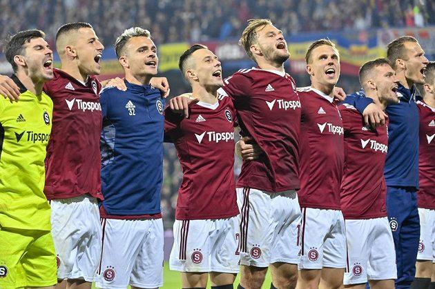 Hráči Sparty se radují z vítězství v derby.