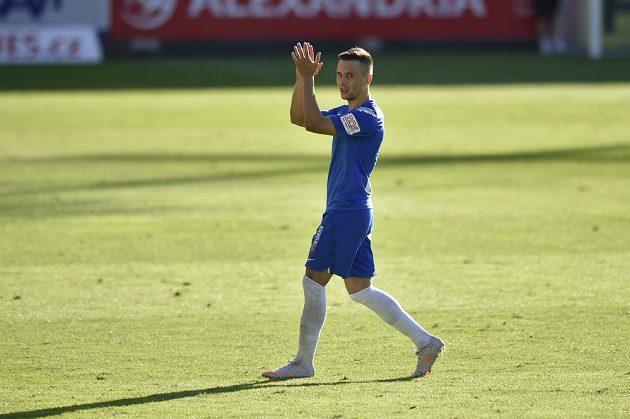 Střelec jednoho gólu Jakub Pešek z Liberce děkuje divákům při odchodu ze hřiště po vystřídání.