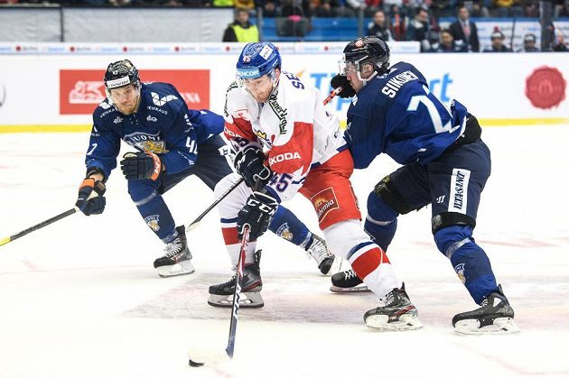 Český útočník Lukáš Sedlák střílí vítězný gól během prodloužení v utkání s Finskem.