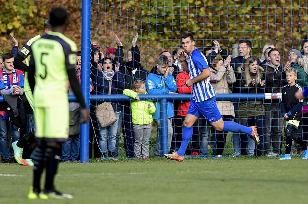 Tomáš Bastian (vpravo) z Chlumce se raduje z gólu proti Plzni.