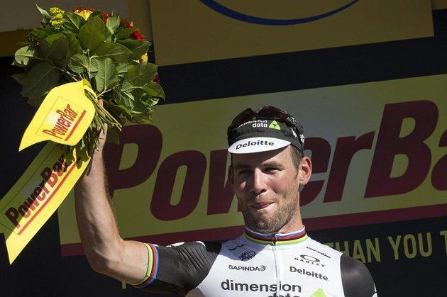 Britský cyklista Mark Cavendish slaví vítězství ve čtrnácté etapě Tour de France.