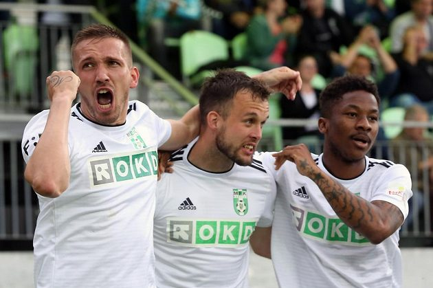 Karvinští fotbalisté se radují v utkání baráže o účast v první fotbalové lize z úvodní branky. Zleva Dávid Guba, Lukáš Budínský a Adriel D Avila Ba Loua.
