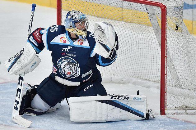 Brankář Liberce Roman Will inkasuje vyrovnávací gól na 1:1 v duelu s Pardubicemi.