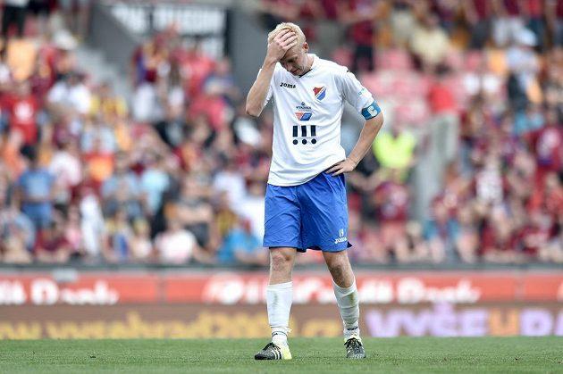 Zklamaný obránce Baníku Ostrava Michal Frydrych během utkání na Spartě.