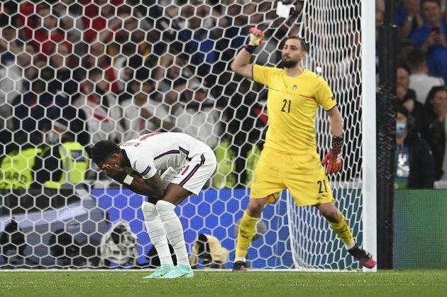Angličan Marcus Rashford nepřekonal Gianluigiho Donnarummu v italské bráně při penaltovém rozstřelu.