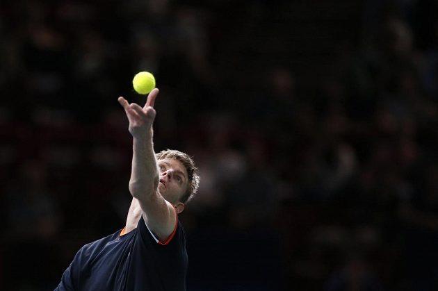 Kevin Anderson z Jihoafrické republiky podává v duelu proti českému tenistovi Tomáši Berdychovi.