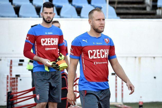 Daniel Kolář (vpředu) a Tomáš Koubek během tréninku české fotbalové reprezentace.