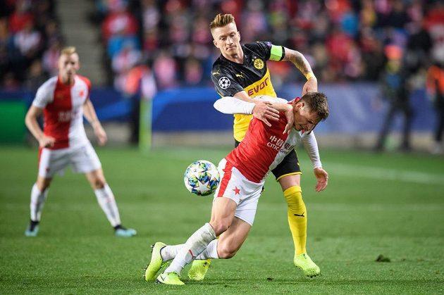 Lukáš Masopust ze Slavie Praha a Marco Reus z Dortmundu během utkání základní skupiny Ligy mistrů.