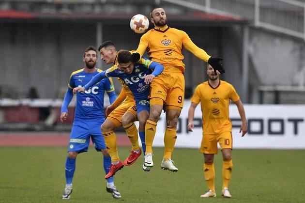 Jan Holenda (9) z Dukly, mezí ním a spoluhráčem Lukášem Holíkem bojuje o míč teplický Admir Ljevakovič.