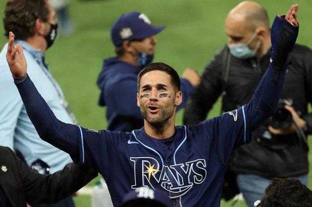 Kevin Kiermaier z Tampy se raduje z výhry nad Dodgers.