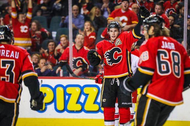 Útočník Calgary Sean Monahan (23) slaví spolu s Jaromírem Jágrem jediný gól Flames proti Carolině.