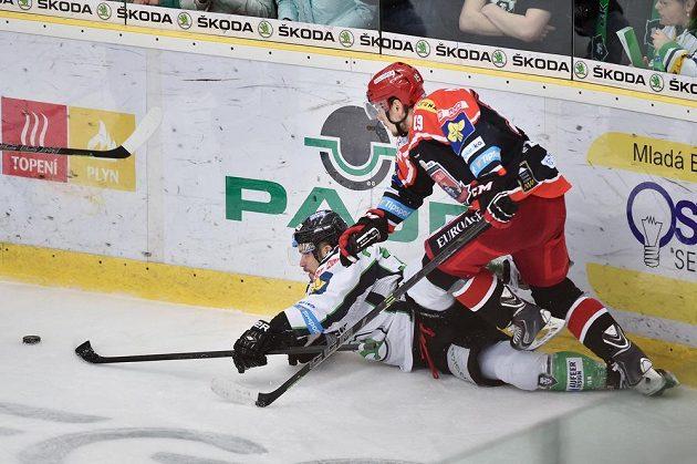 Útočník Boleslavi Dominik Pacovský (vlevo) a obránce Hradce Martin Pláněk v šestém vzájemném duelu play off.