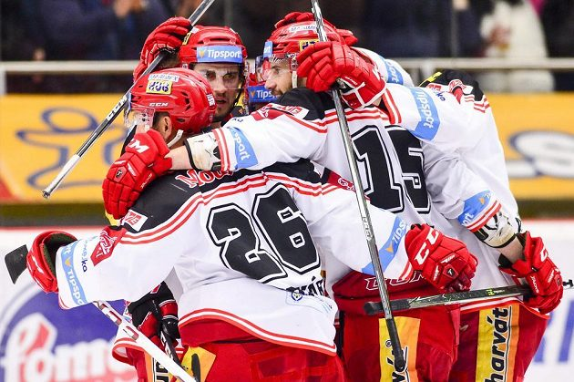 Hráči Hradce se radují z prvního gólu proti Brnu.