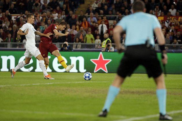 Edin Džeko z AS Řím dává první gól proti Plzni.