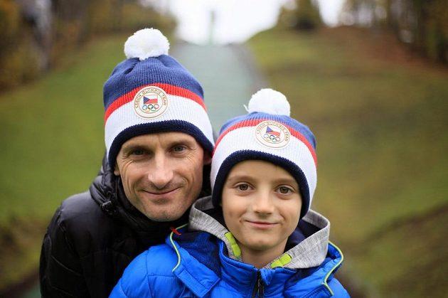 """Skokan na lyžích Jakub Janda se synem v """"Raškovkách""""."""