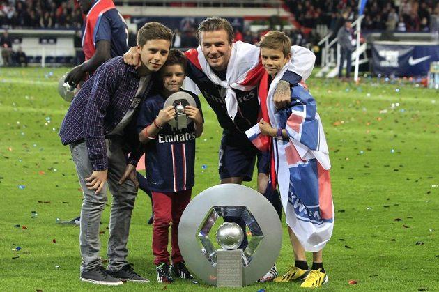 Firma Beckham a synové se představuje... S tátou Davidem se z francouzského titulu na hřišti radovali zleva Brooklyn, Cruz a Romeo James.