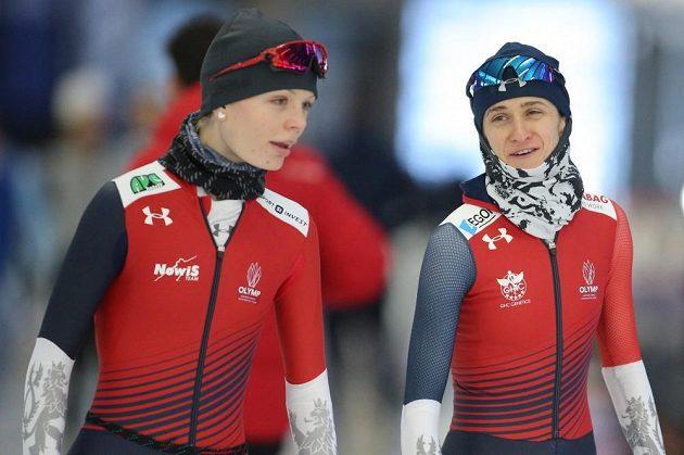 Martina Sáblíková a Nikola Zdráhalová (vlevo) při tréninku na mistrovství světa v Inzellu.