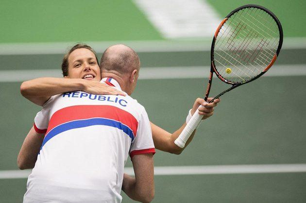 Barbora Strýcová a kapitán Petr Pála oslavují vítězství nad Larou Arruaberrenovou ze Španělska a postup do semifinále Fed Cupu.